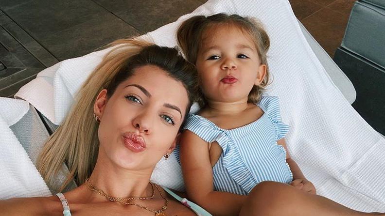 Sarah Harrison und Töchterchen Mia