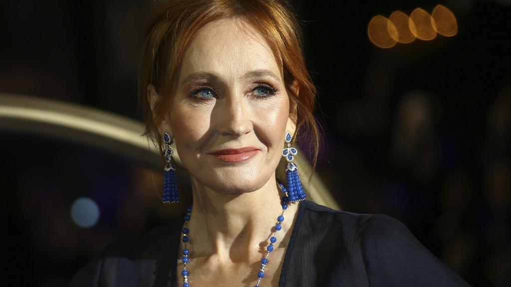 Die britische Autorin J.K. Rowling auf einem roten Teppich.