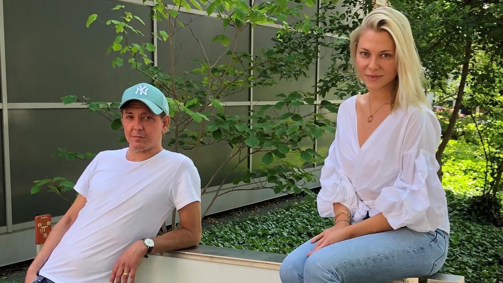 Serien-Produzent Manuel Meimberg zusammen mit Valentina Pahde