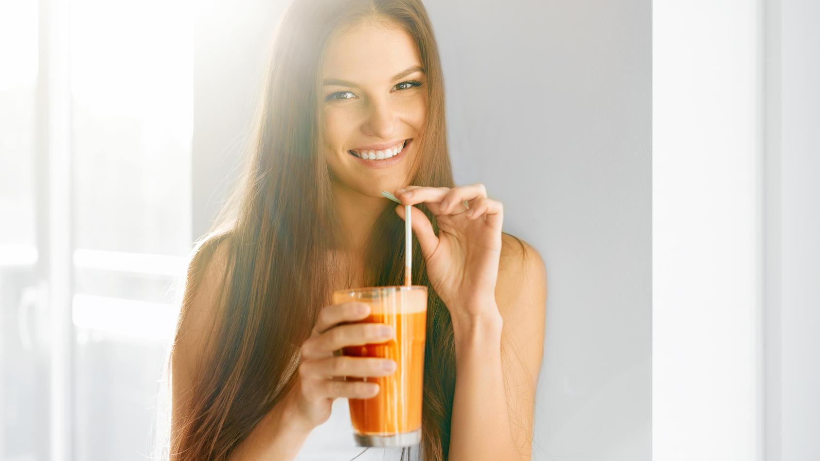 Carotinoidhaltige Lebensmittel wie Möhren und Co. in hohen Mengen sorgen für braunere Haut.