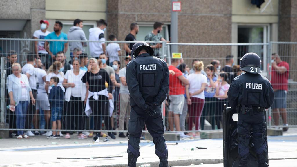 20.06.2020, Niedersachsen, Göttingen: Polizisten stehen vor einem unter Quarantäne gestellten Wohngebäude in der Göttinger Innenstadt. Zuvor fand vor dem Gebäude eine Demonstration gegen Mietenwahnsinn statt. Die Stadtverwaltung hat einen ganzen Wohn