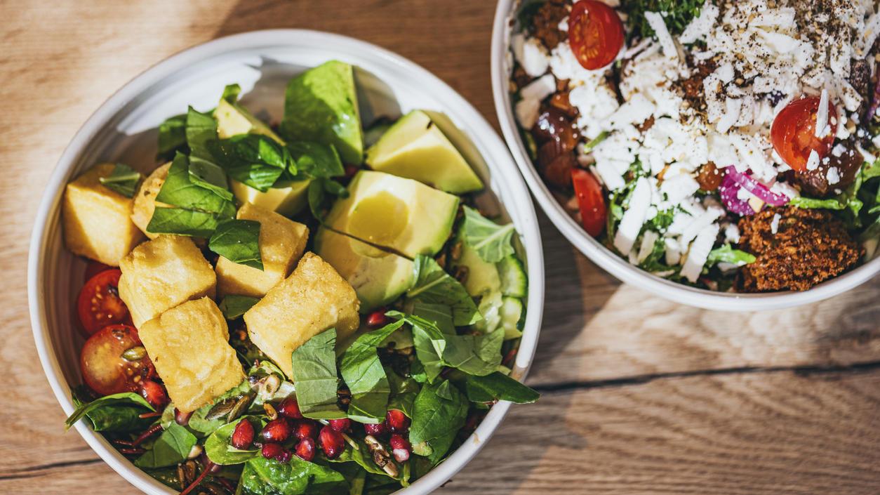 Protein-Salate mit Falafel oder Quinoa sind genauso gute Eiweißlieferanten wie Eier