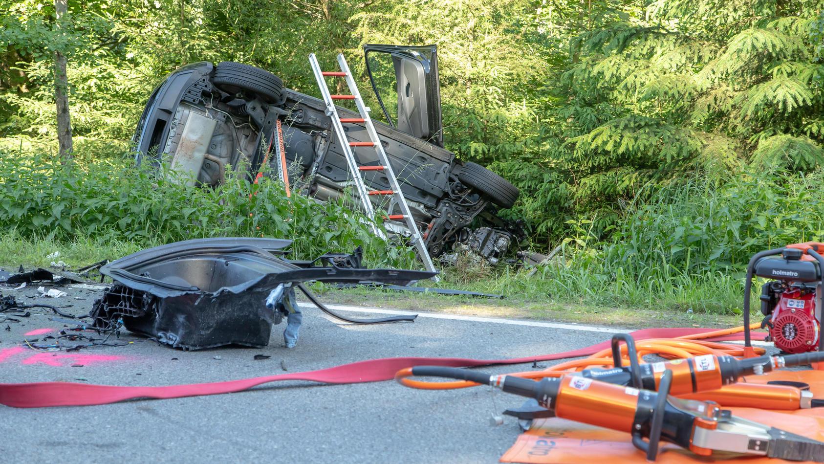Am Sonntag Nachmittag endete ein Frontal-Crash zwischen einem Tesla und einem Seat auf der S255 in der Nähe von Aue in Sachsen mit drei Toten.