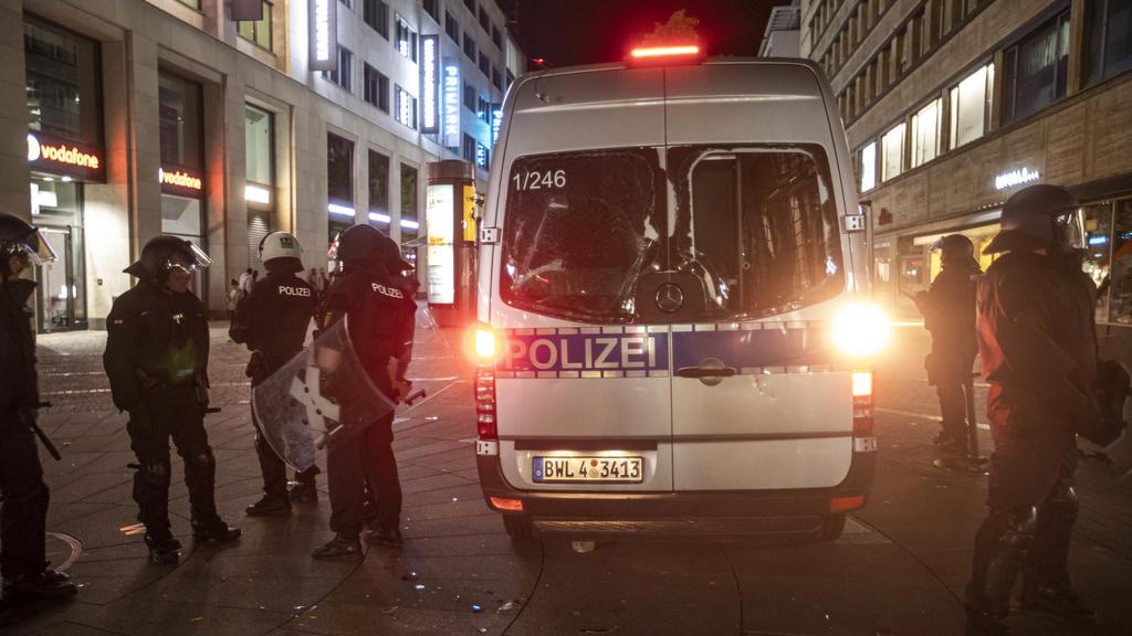 21.06.2020, Baden-Württemberg, Stuttgart: Ein beschädigter Mannschaftswagen der Polizei steht in derInnenstadt. Bei Auseinandersetzungen mit der Polizei haben dutzende gewalttätige Kleingruppen die Innenstadt verwüstet und mehrere Beamte verletzt. F