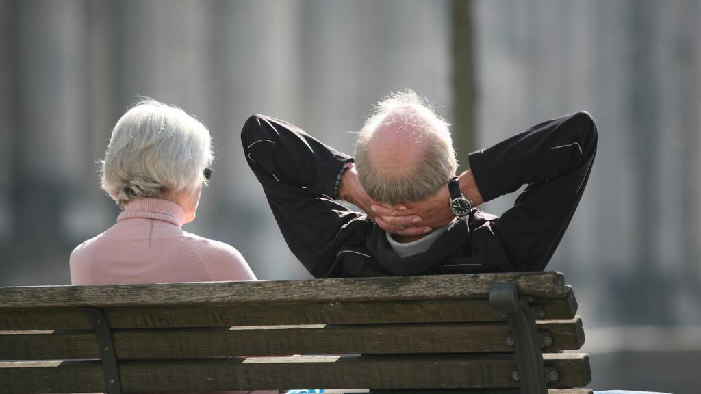 """ARCHIV - 23.03.2012, Berlin: Ein Rentnerpaar sitzt auf einer Bank vor dem Reichstag und sonnt sich. (zu""""Studie: Kreis Elbe-Elster günstigster Wohnort für Rentner bundesweit"""") Foto: Stephan Scheuer/dpa +++ dpa-Bildfunk +++"""