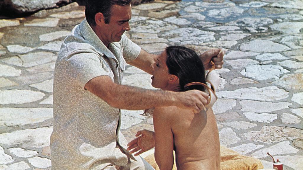 Bei James Bond wird selbst ein BH zur Waffe - hat er natürlich ausgezogen, ohne zu fragen