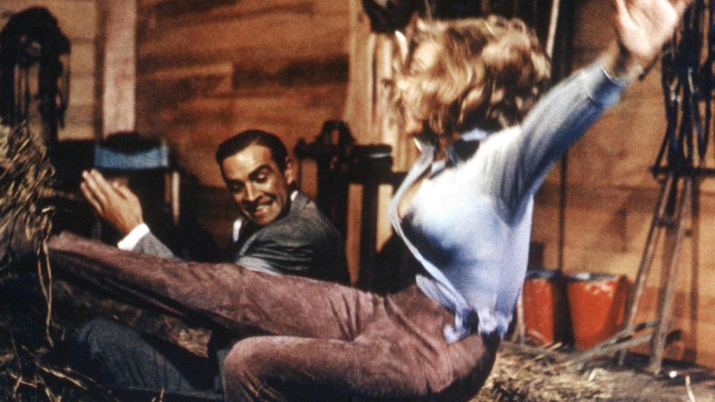 """Nicht zimperlich mit Pussy Galore (Honor Blackman): James Bond (Sean Connery) in """"Goldfinger"""""""