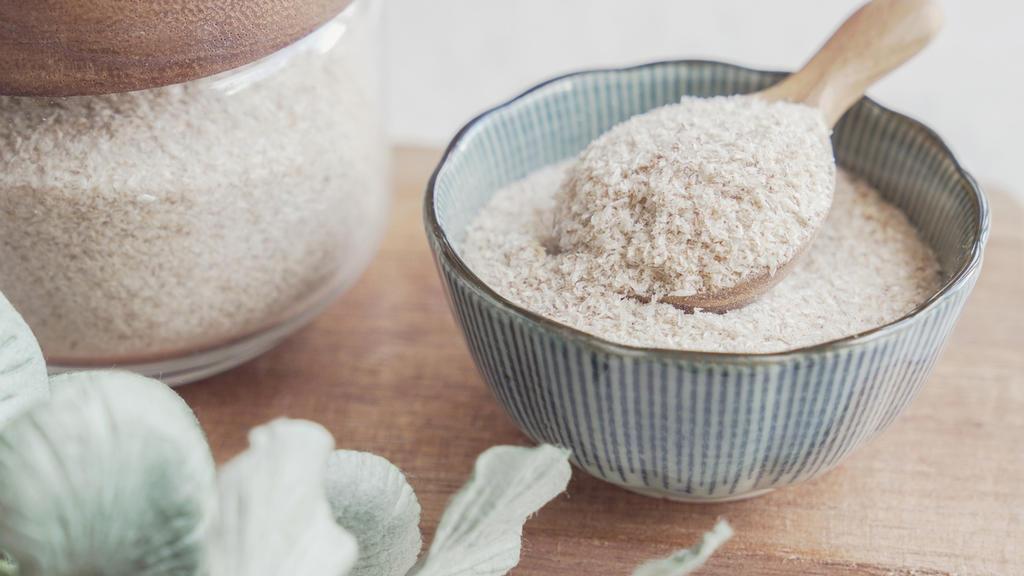 Gemahlene Flohsamenschalen machen glutenfreie Backwaren saftiger und sind auch gut für die Verdauung, wenn man keine Glutenunverträglichkeit hat