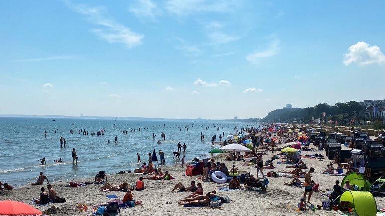 Der Strand in Scharbeutz ist voll - doch die Touristen scheint das nicht weiter zu stören.
