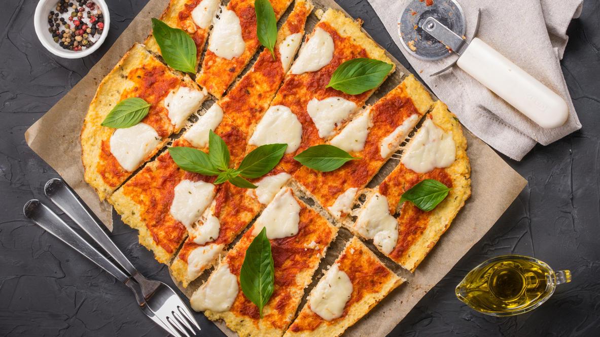 Der Teig dieser Pizza ist aus Blumenkohl. Wem das zu gemüsig ist: Auch mit Reis-, Mais-, Kartoffel- oder Buchweizenmehl oder glutenfreien Mischungen kann man super Pizza backen
