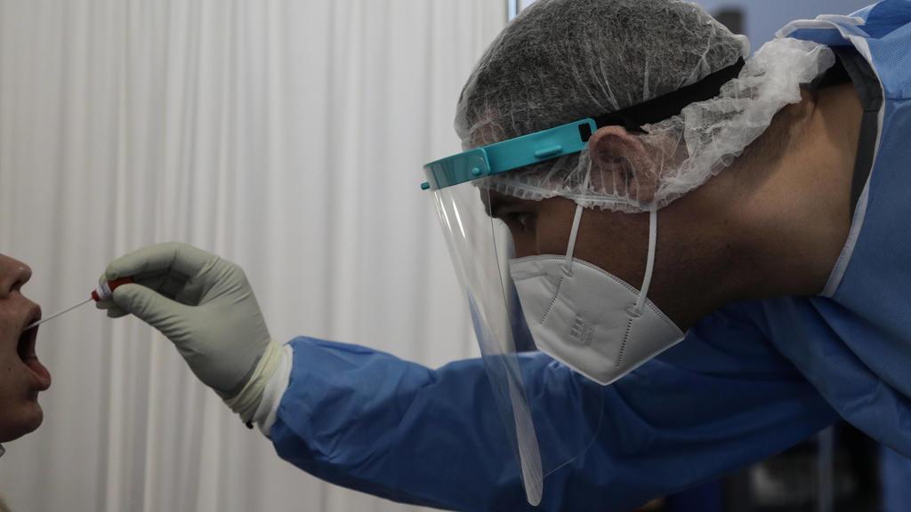Momentaufnahme am Athener Flughafen Eleftherios venizelos: Während Griechenland sich darauf vorbereitet, seine Flughäfen für den internationalen Tourismus zu öffnen, sind sich die Gesundheitsbehörden des Risikos eines Aufflammens der Coronavirus-Epi