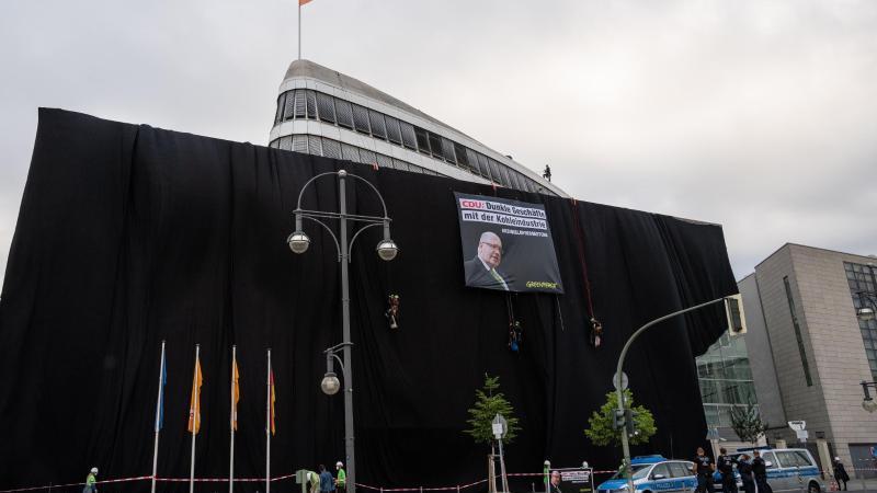 Schwarz wie die Kohle:Die CDU-Parteizentrale umhüllt mit schwarzem Stoff. Foto: Christophe Gateau/dpa