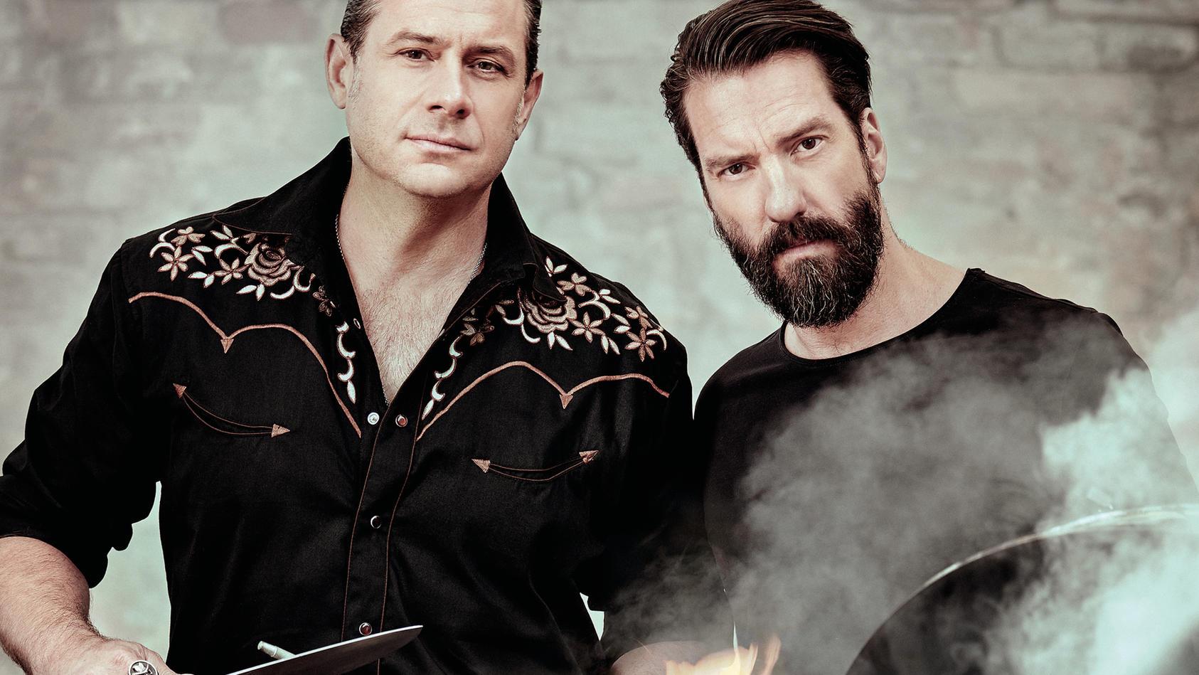 Sascha Vollmer und Alec Völkel von der Country-Band The BossHoss grillen gerne mit ihren Jungs.