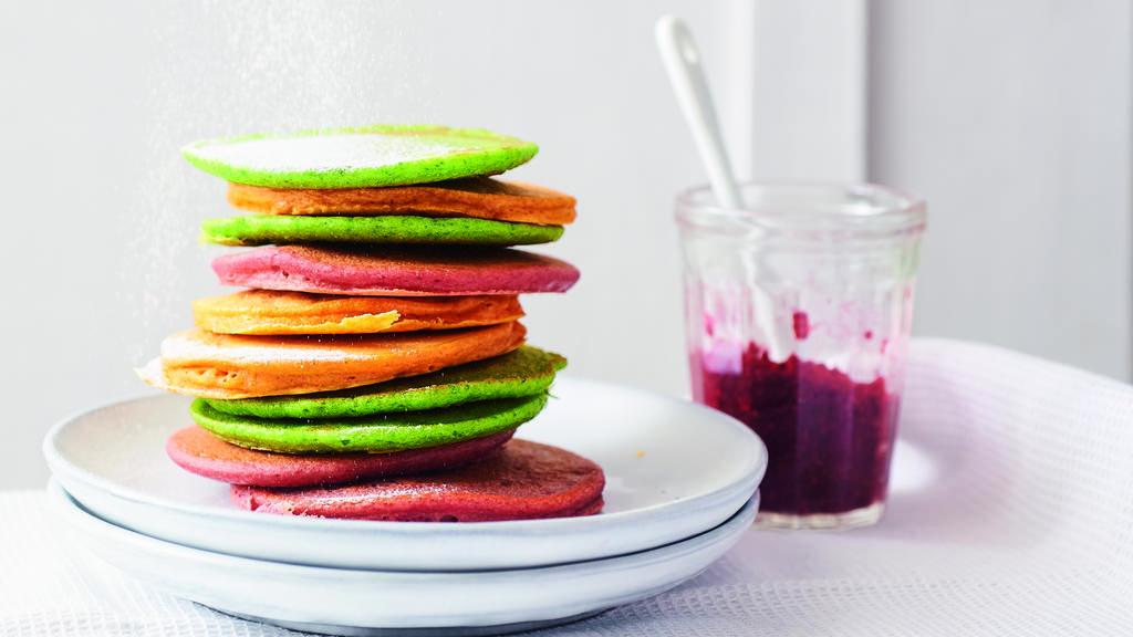 Hübsch anzuschauen: Rainbow-Pancakes aus dem Rezeptbuch von Cathy Hummels. Foto: © Coco Lang