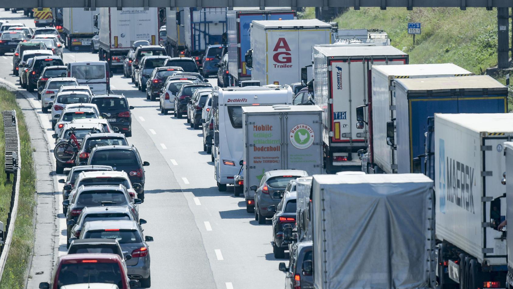 Der ADAC warnt vor einem Stau-Wochenende. Besonders betroffen seien die Autobahnen rund um Hamburg - wie hier vor dem Elbtunnel auf der A7 im Juni 2020.
