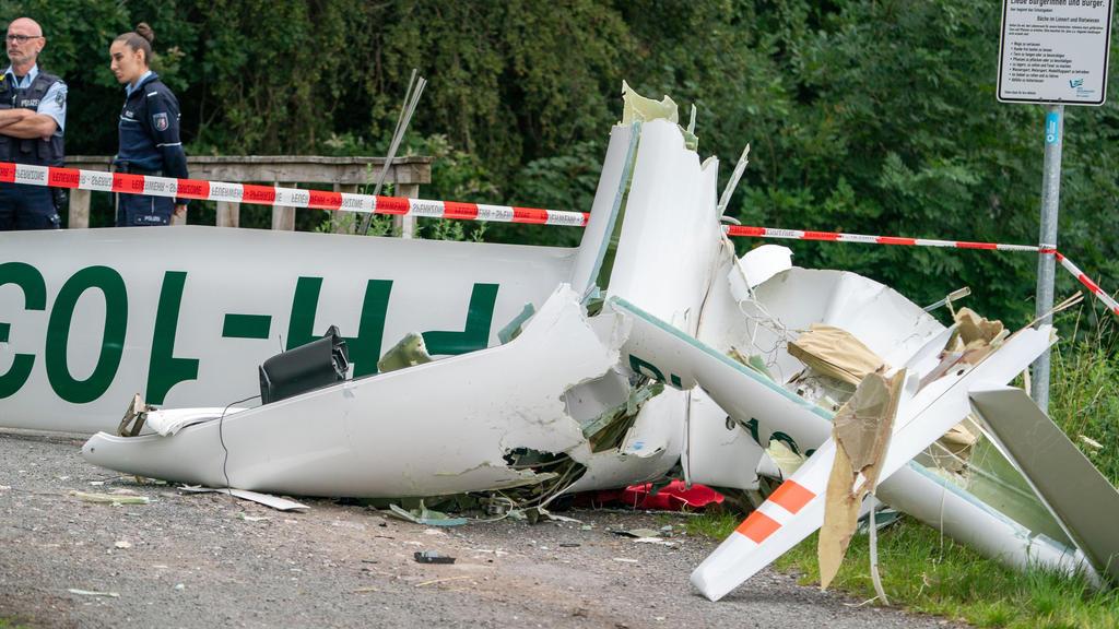 11.07.2020, Nordrhein-Westfalen, Dülmen: Das Wrack eines Segelflugzeugs liegt auf einem Weg am Waldrand. Beim Absturz zweier Segelflieger sind zwei Männer ums Leben gekommen. Vermutlich handele es sich um die Piloten, sagte ein Polizeisprecher. Foto: