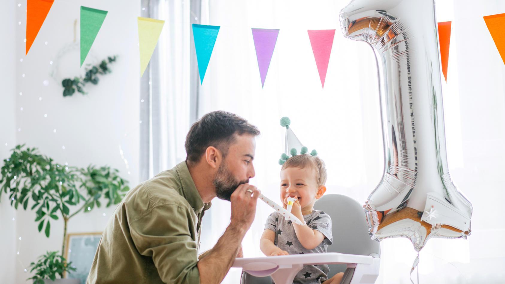 Erste Geburtstagsparty mit dem Baby: Ein besonderes Fest für Eltern und Kind. So feiern Sie Babys ersten Ehrentag richtig.
