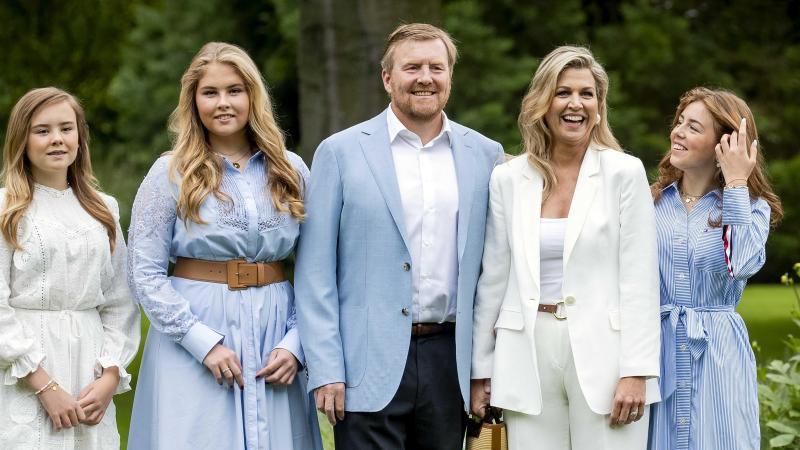 König Willem-Alexander der Niederlande (M), seine Frau Königin Máxima (2.v.r) sowie die gemeinsamen Töchter Prinzessin Ariane (l), Prinzessin Catharina-Amalia (2.v.l) und Prinzessin Alexia (r).