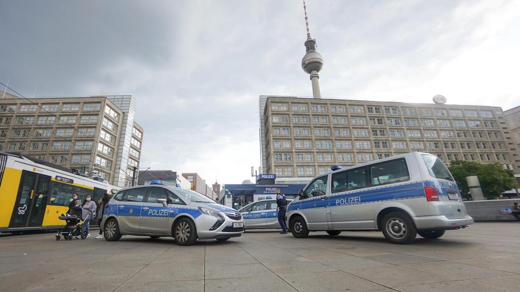 Fahrzeuge der Polizei stehen vor der Wache auf dem Alexanderplatz