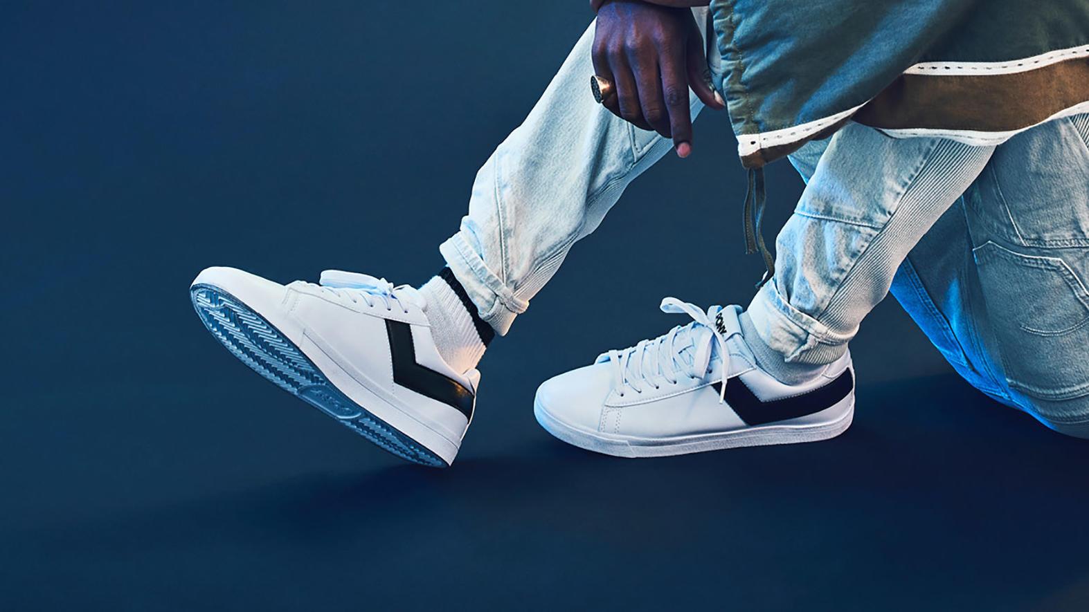 Von schlicht weiß bis kunterbunt - dieses Jahr ist bei Sneakern alles erlaubt.
