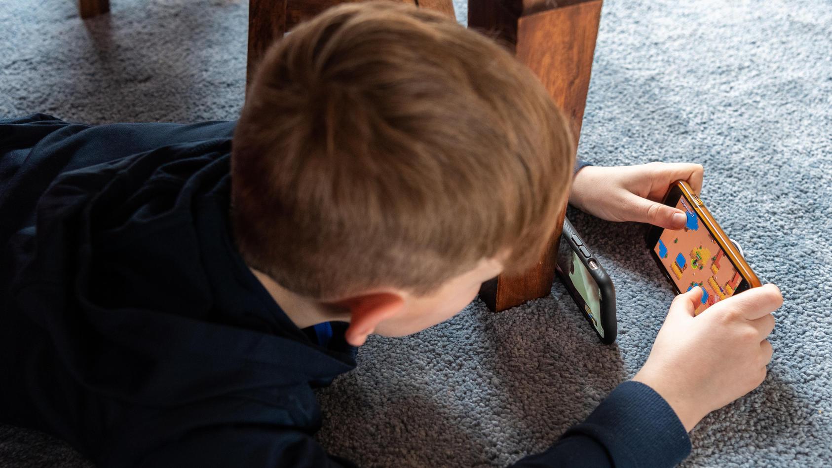 Ein siebenjähriger Junge hat mit einem Handyspiel rund 2.700 Euro verzockt.