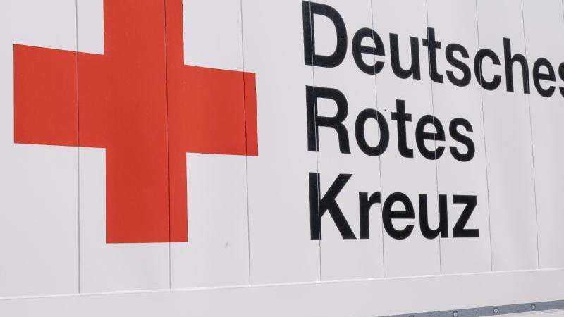 das-logo-und-der-schriftzug-des-deutschen-roten-kreuzes-drk-foto-frank-molterdpaarchivbild