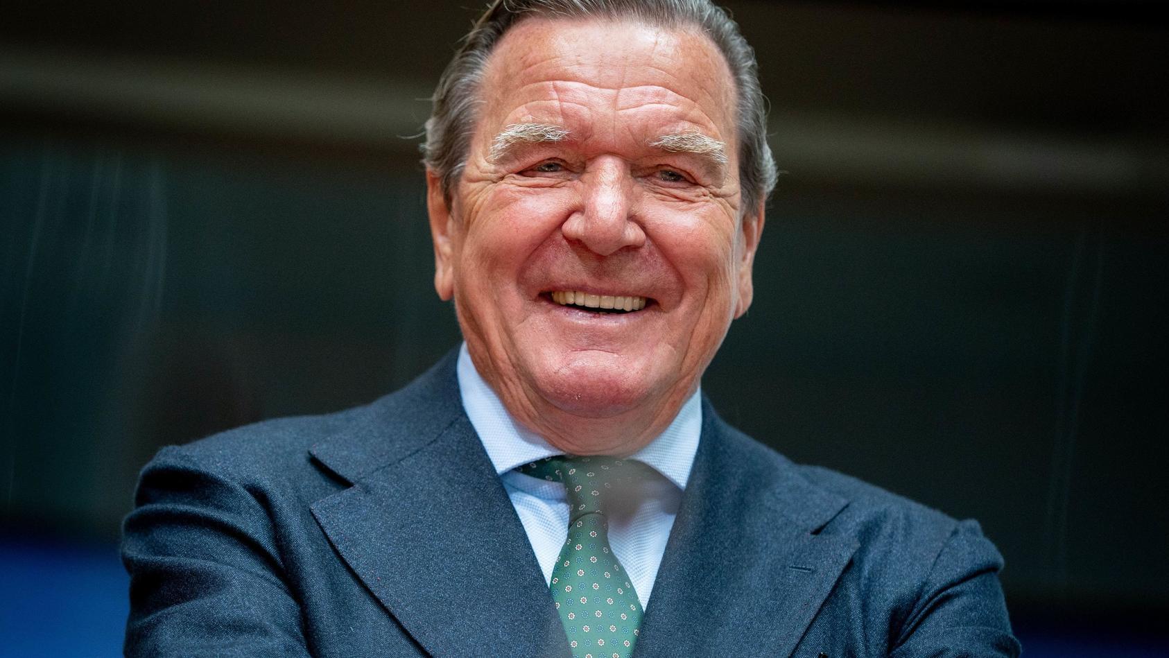 Gerhard Schröder zeigt mal wieder seinen grünen Daumen.