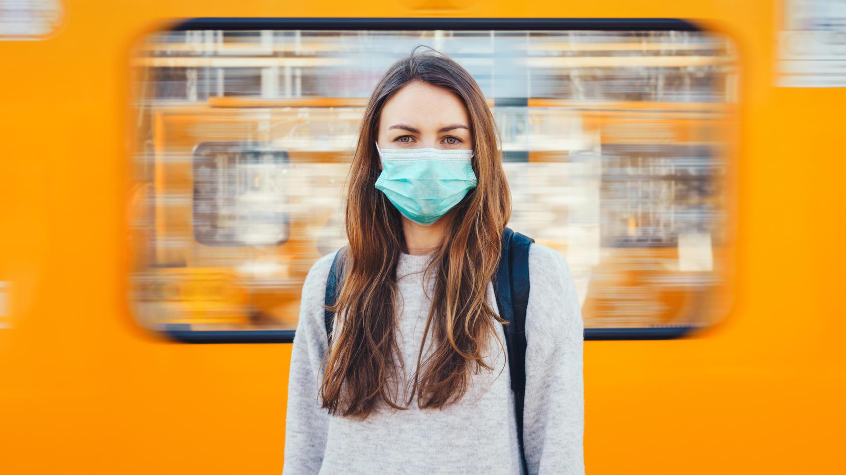 Einfache OP-Masken sollen nicht nur die Mitmenschen schützen, sondern auch den Träger selbst (Symbolbild).