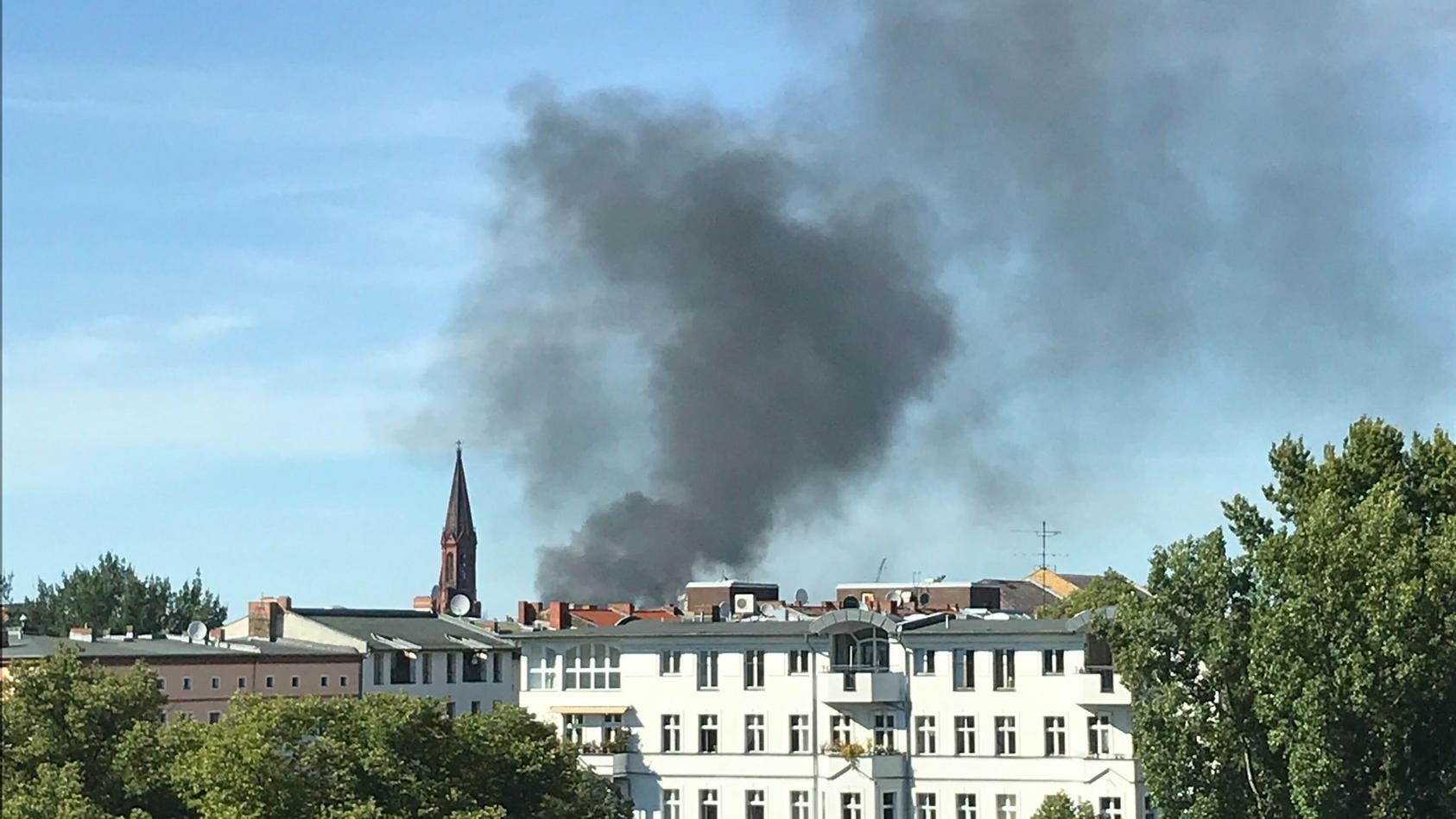 Rauchwolke über Berlin - Papierlager brennt