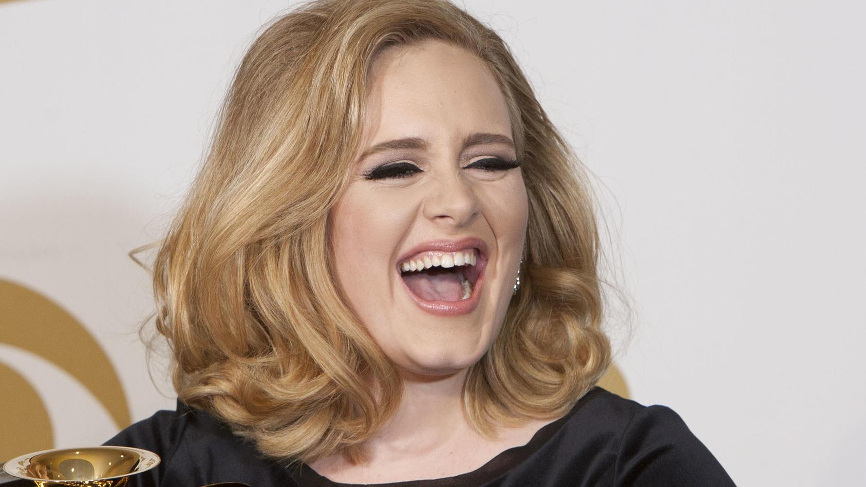 Adele trägt die Haare normalerweise voluminös, aber glatt. Auf Instagram zeigt sie sich jetzt mit langer Lockenpracht.