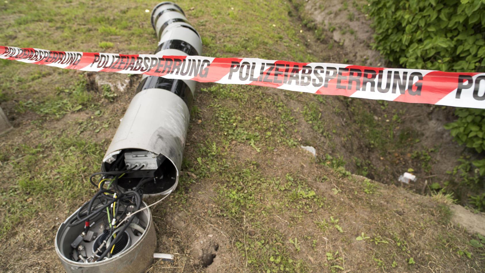 Eine zerstörte Geschwindigkeitsüberwachungsanlage liegt an der Bundesstrasse 105 in Sievershagen, Mecklenburg-Vorpommer