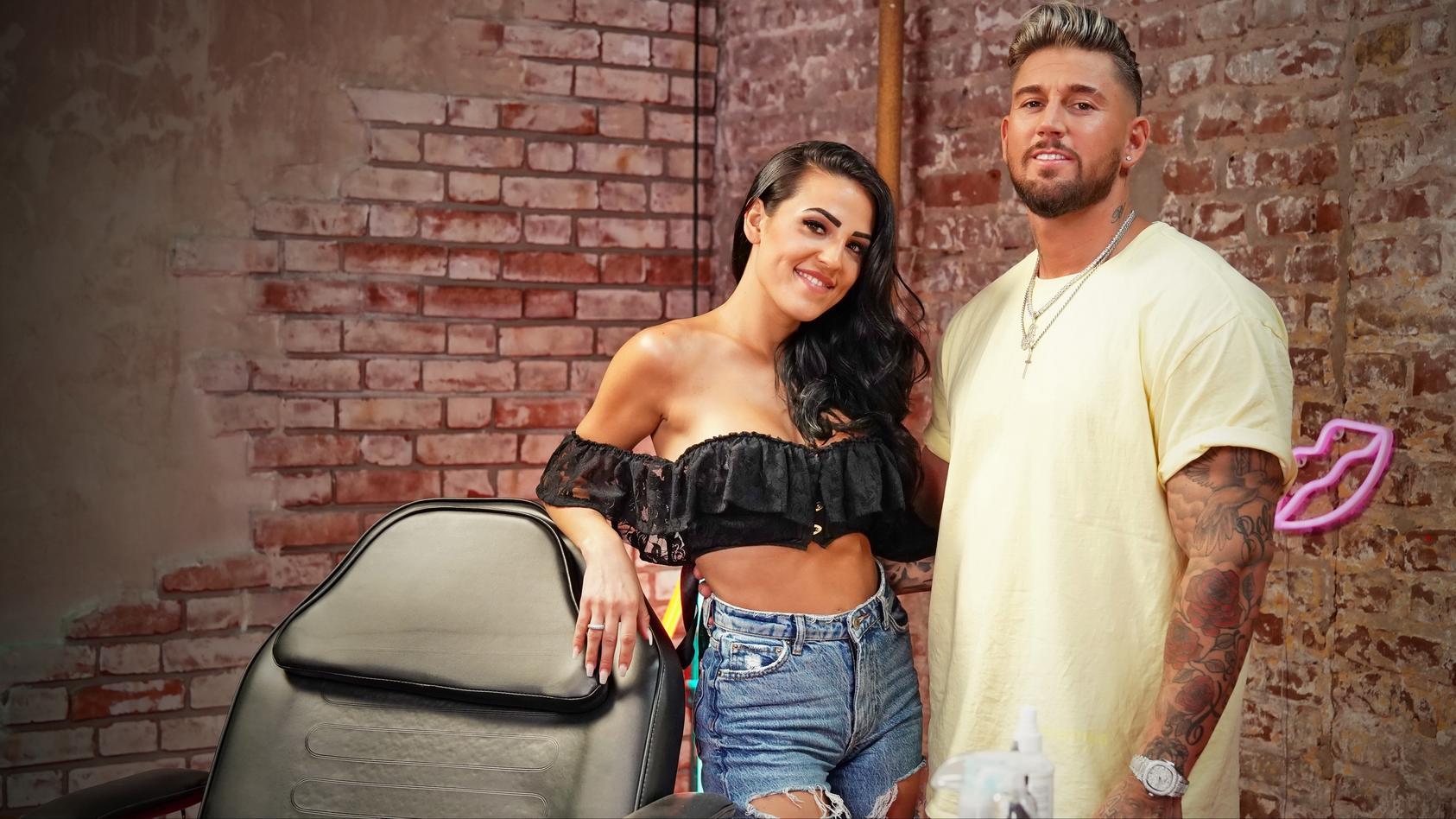 """Elena Miras & Mike Heiter moderieren die neue TVNOW-Show """"Just Tattoo Of Us""""."""