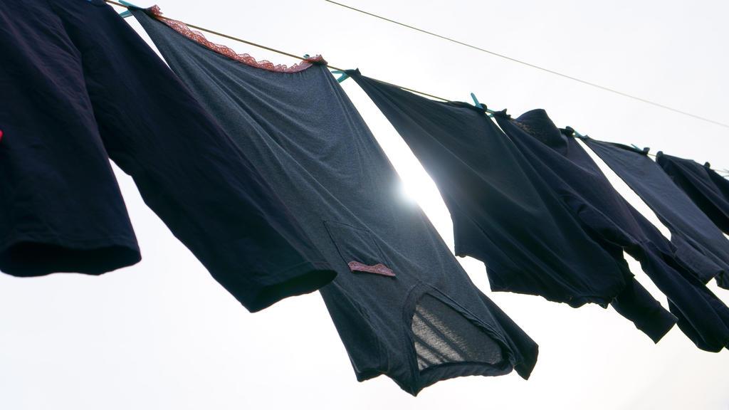Dunkle Wäsche in der Sonne