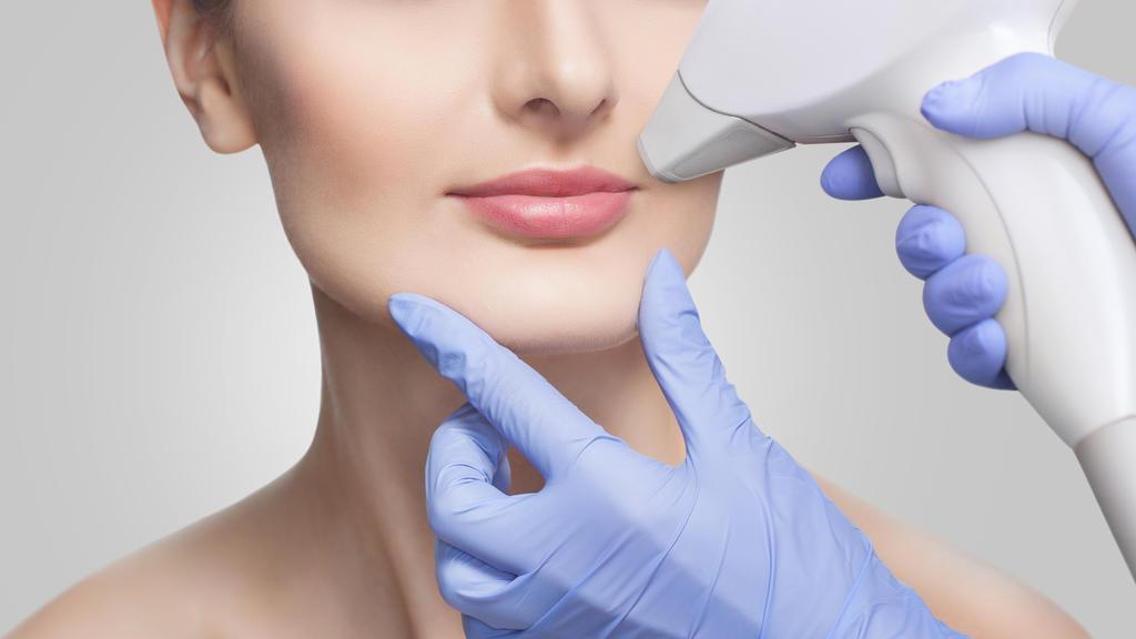 Junge Frau lässt sich mit IPL Laser Gesichtshaare entfernen