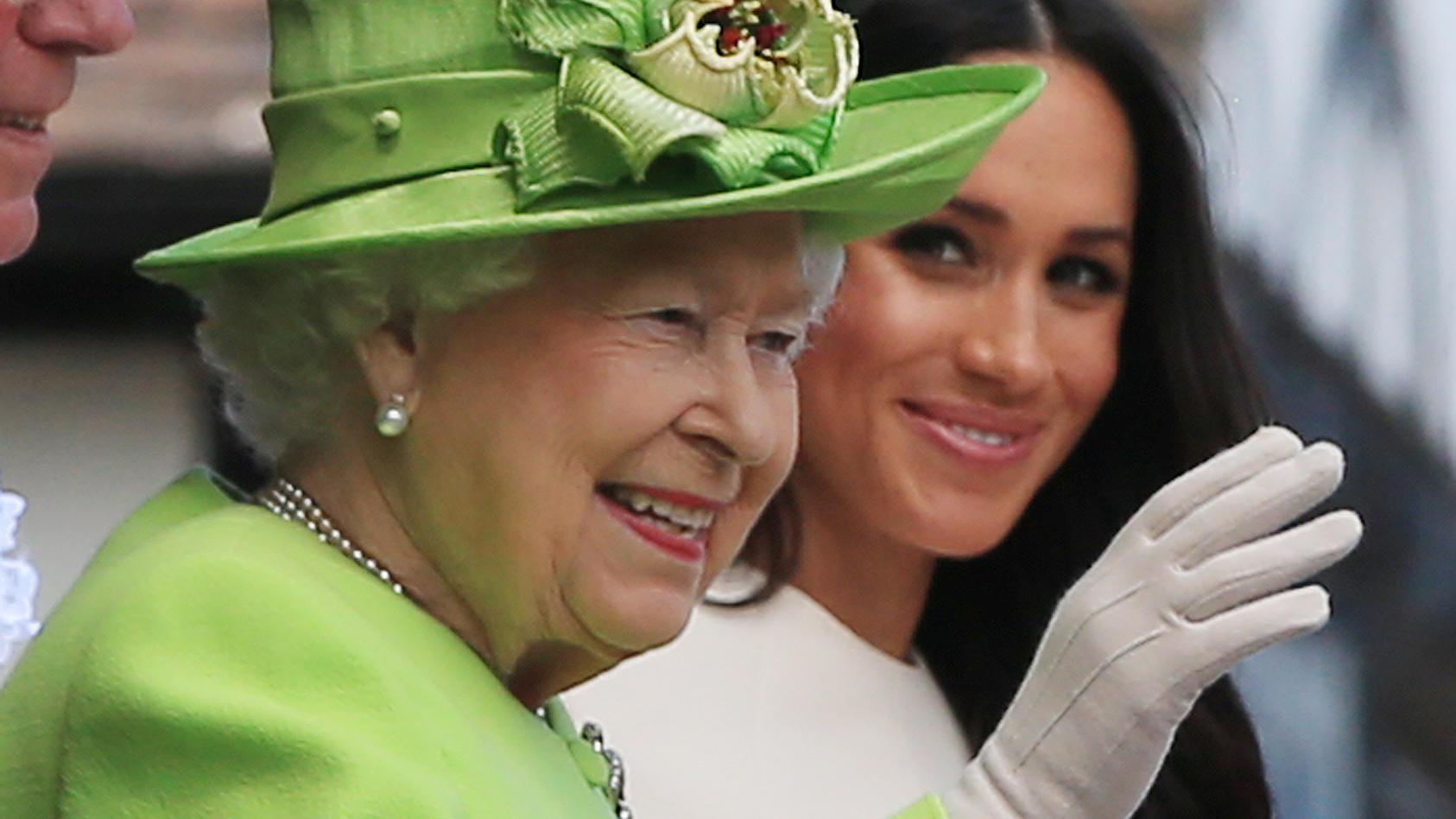 """Queen Elizabeth nutzt die Instagram-Trends von heute, um Herzogin Meghan zum Geburtstag zu gratulieren, denn sie postet ein """"Throwback""""-Foto."""