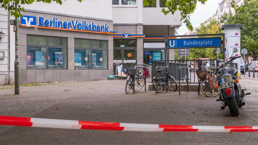 04.08.2020,Berlin,Deutschland,GER,Volksbank Filliale am Bundesplatz im Bezirk Wilmersdorf.Heute gegen 09.30 Uhr haben drei Männer versucht diese Bank zu überfallen. Ein Sicherheitsmann wurde angeschossen. Die Täter sind flüchtig *** 04 08 2020,Berli