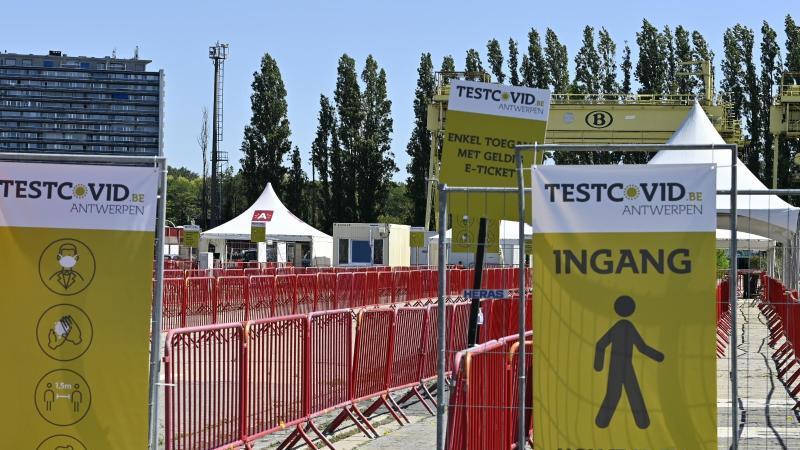 """Corona-Testanlage an der Veranstaltungsstätte """"Spoor Oost"""": Insbesondere im Stadtzentrum von Antwerpen hat die Zahl der Corona-Infizierten wie in ganz Belgien zugenommen. Foto: Eric Lalmand/BELGA/dpa"""