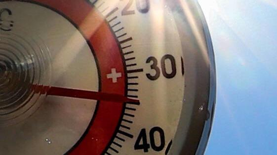 Symbolfoto, Hitze, Hitzewelle, Thermometer, Sonne, blauer Himmel, Temperaturen über 30 Grad, *** Symbol photo, heat, heat wave, thermometer, sun, blue sky, temperatures above 30 degrees,