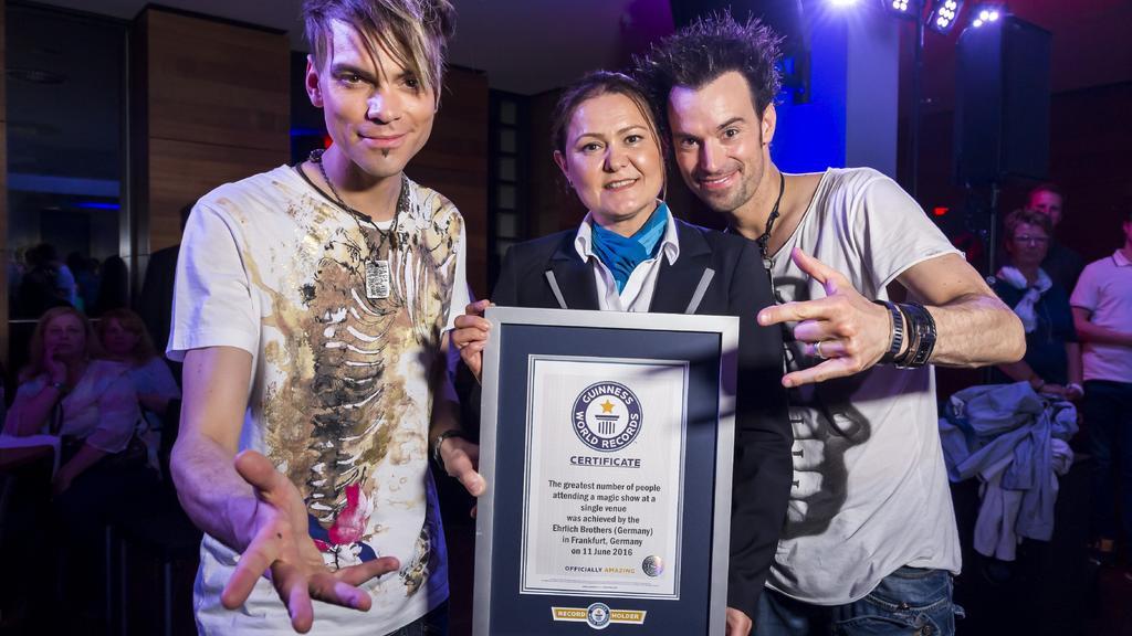 """Die """"Ehrlich Brothers"""" Christian (l.) und Andreas (r.) nach der Show mit ihrem offiziellen Guiness- Weltrekord"""