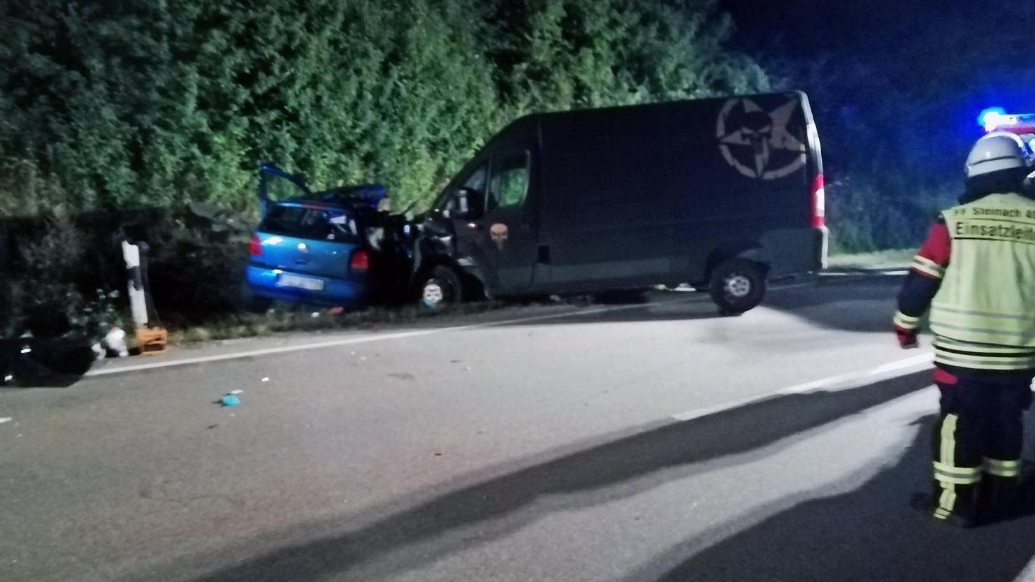 Bei einem Verkehrsunfall bei Ascha (Bayern) sind am frühen Montagmorgen vier Menschen ums Leben gekommen.