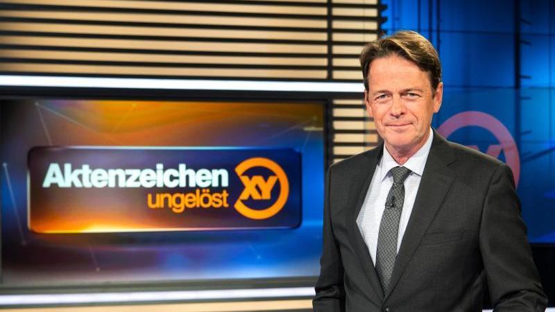 """ZDF-Moderator Rudi Cerne im Studio der Sendung """"Aktenzeichen XY ... ungelöst"""". Foto: Sina Schuldt/dpa/Archiv"""