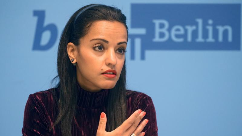 Sawsan Chebli (SPD) spricht auf einer Pressekonferenz. Foto: Wolfgang Kumm/dpa/Archivbild
