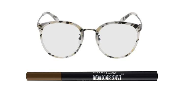 Brille von Brille24 und Augenbrauenstift von Maybelline.