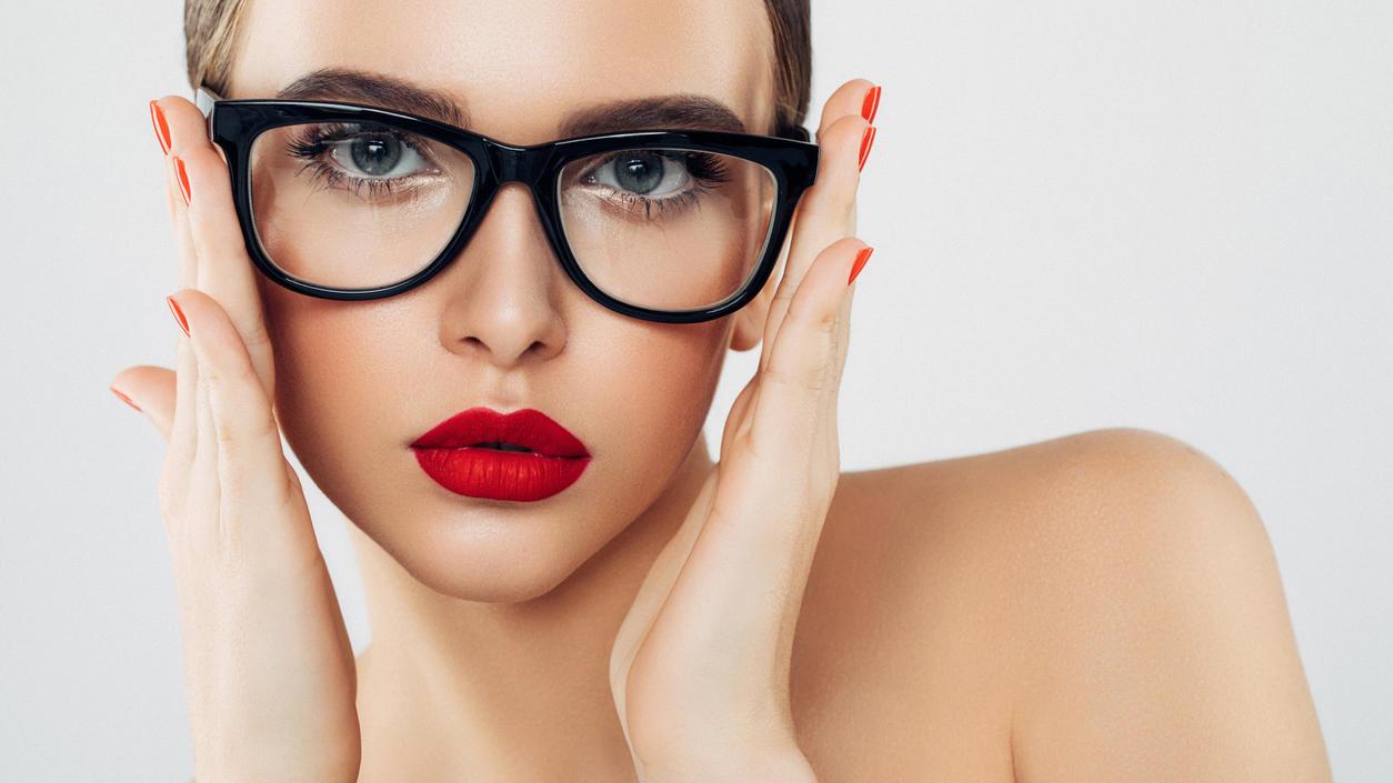 Wer eine Brille trägt, sollte bestimmte Make-up-Regeln beachten