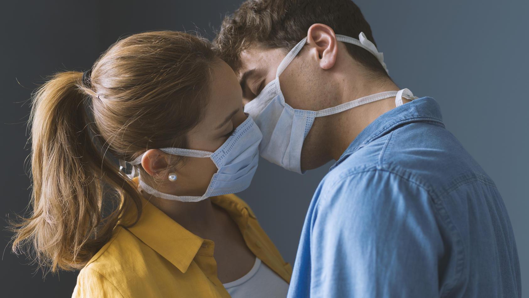 Sex mit Mundschutz: Ob das nicht die Leidenschaft trübt?