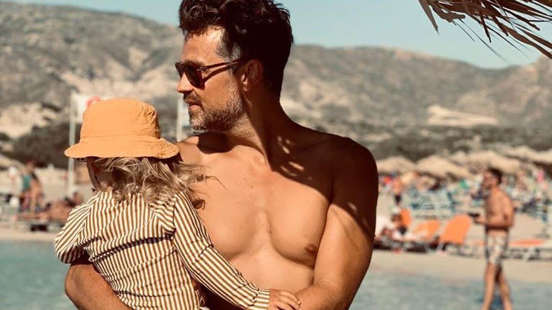 Wayne Carpendale mit seinem Sohn im Griechenlandurlaub.