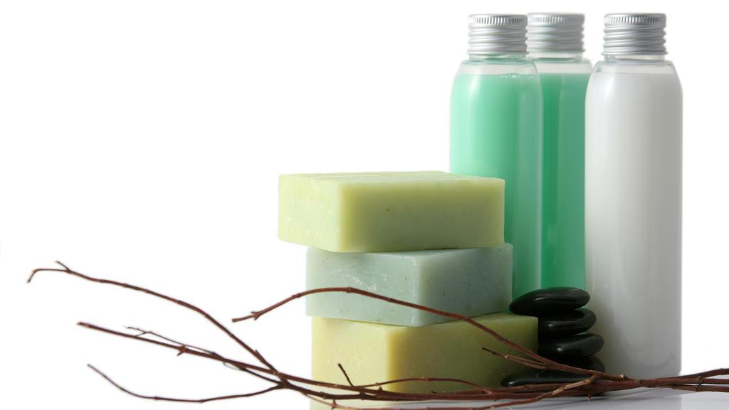 Hübsche Flaschen mit selbstgemachten Hautpflegeprodukten aus Kernseife