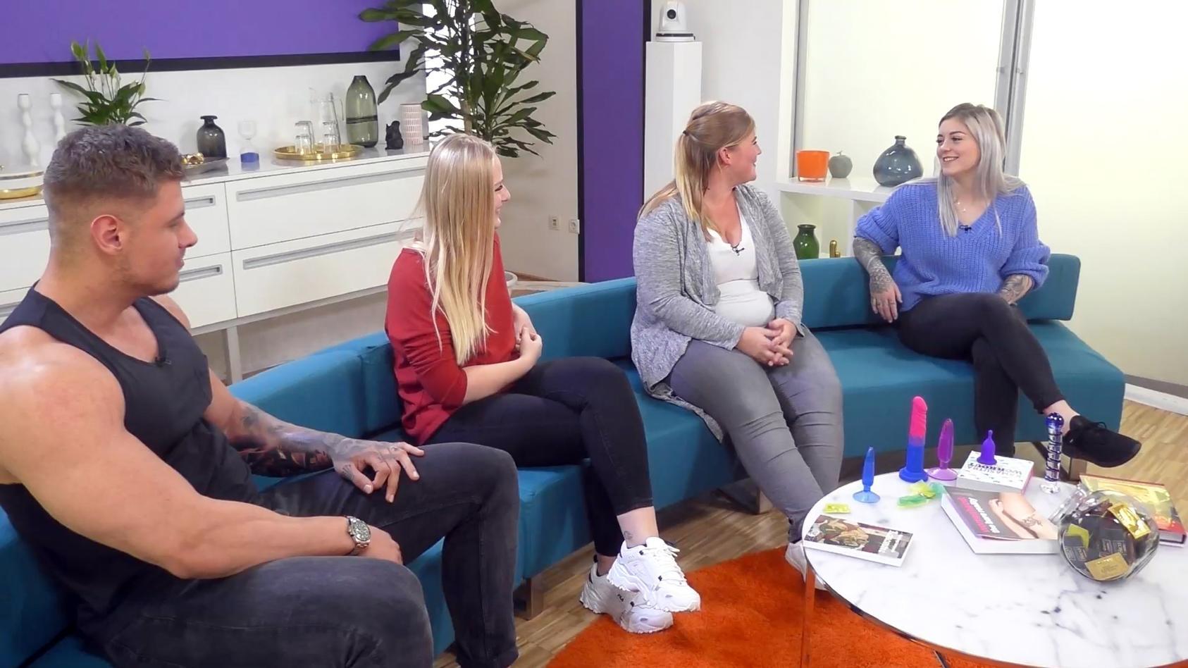 """Ex-Bachelorette-Kandidat Yannic und andere Patienten unterhalten sich im Wartezimmer der """"Sex-Klinik"""" über ihre intimen Anliegen"""