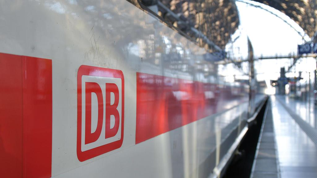 ICE der Deutschen Bahn im Hauptbahnhof Frankfurt am Main