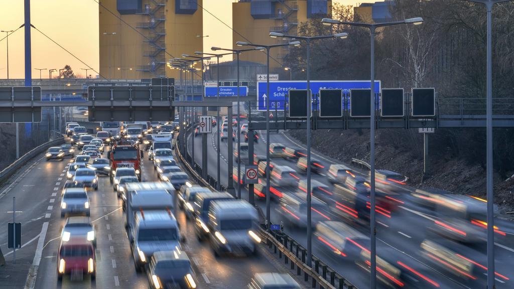Zähfliessender Verkehr, Stadtautobahn A 100, Wilmersdorf, Berlin, Deutschland *** Countless traffic urban motorway A 100 Wilmersdorf Berlin Germany